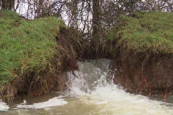 La brèche dans la digue agricole, à Charnay-lès-Chalon